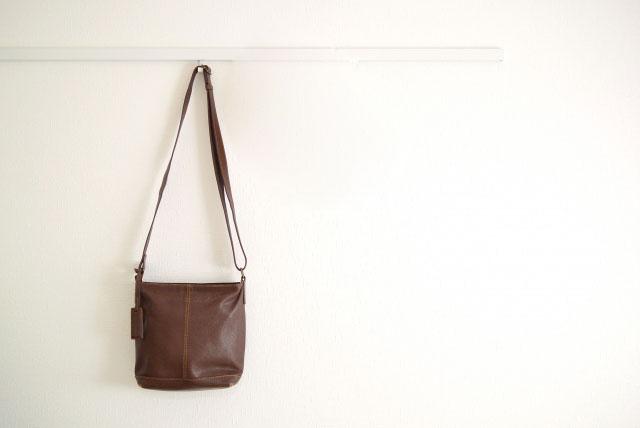壁に掛けた革の鞄