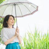 日傘を持つ女性