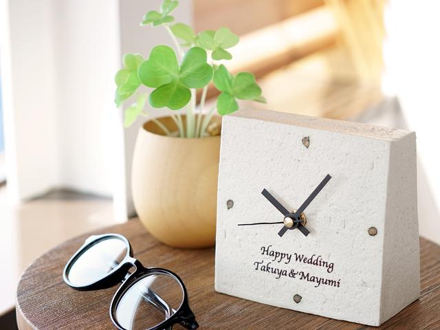 サイドテーブルに置かれた陶器の置時計
