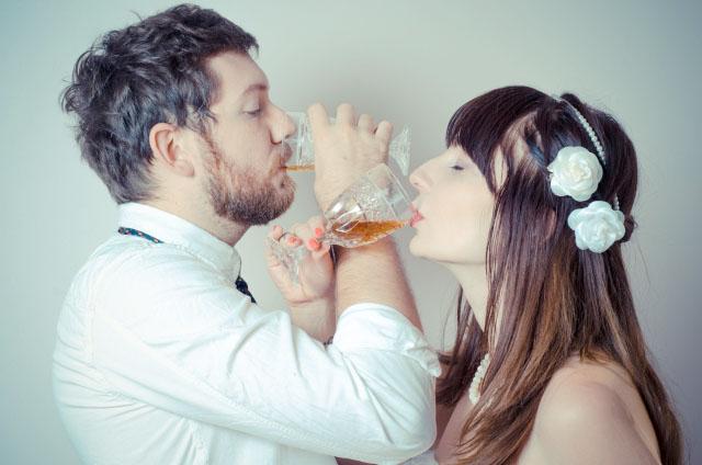 腕を組んでお酒を飲む新郎新婦