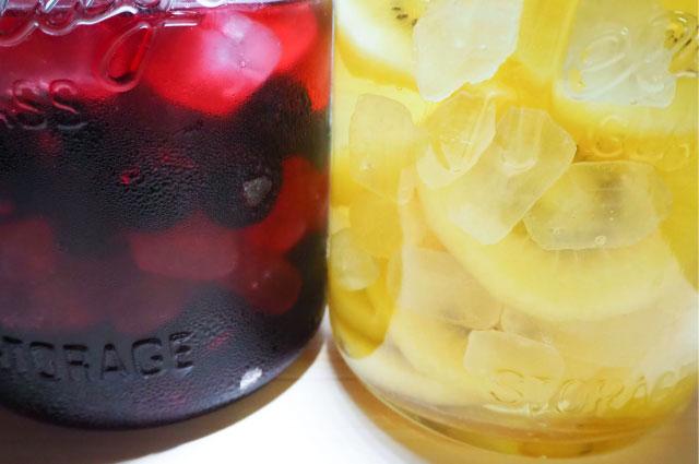 瓶詰の果物と氷砂糖にお酢を注ぐ