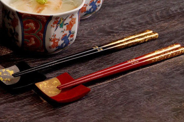 金箔が彩る夫婦箸と箸置きのセット