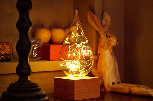 しずく型のライトが部屋を照らす