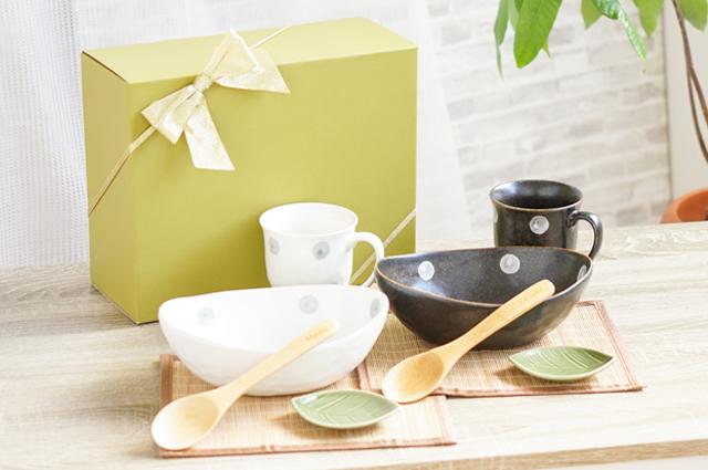 焼き物のカレー皿、カップ、小皿、スプーン、ランチョンマットのペアセット