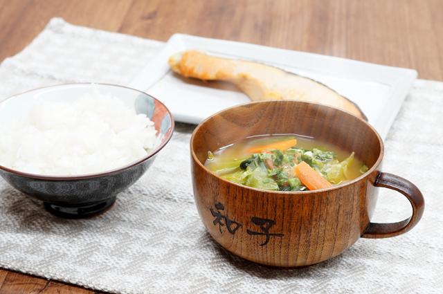 木製スープカップに野菜たっぷりのスープ