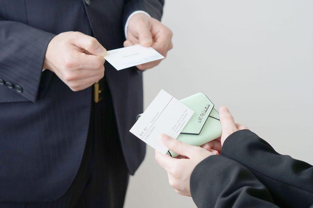 スマートに決めよう!名刺交換のやり方とマナー