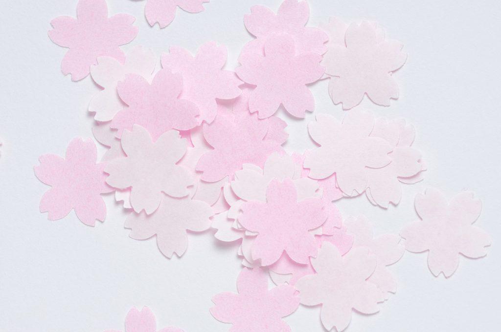 折り紙・切り紙で桜の花を作って飾り付け