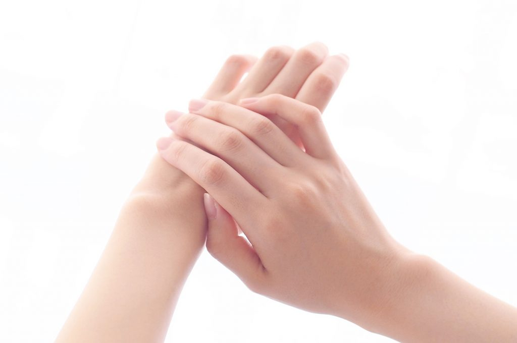 手の甲に塗り広げる