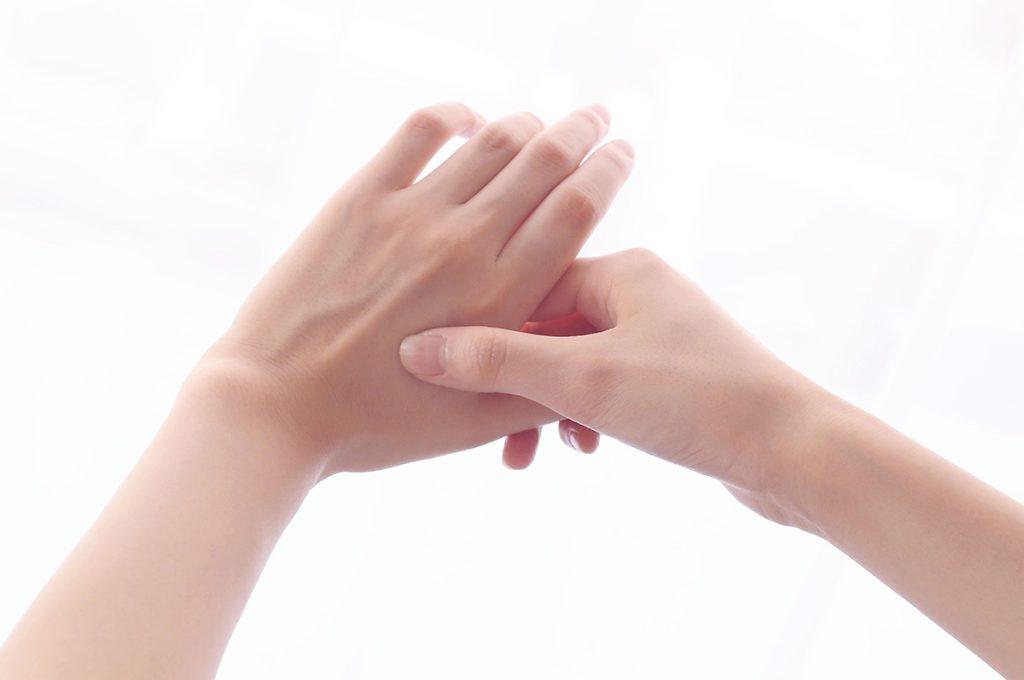 指を1本ずつ包み込むようにして塗る