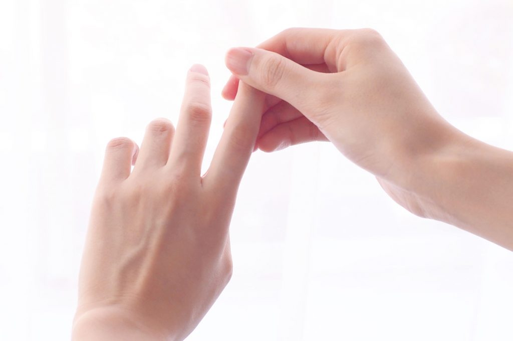 関節のシワや爪の脇にも丁寧に塗り込む