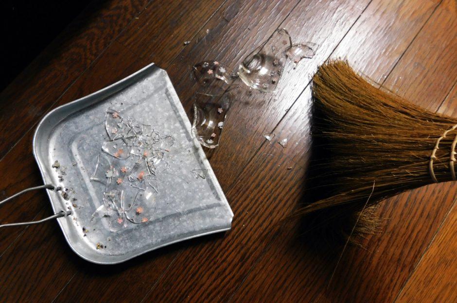 【中身は危険?】ストームグラスが割れたときの掃除方法と捨て方